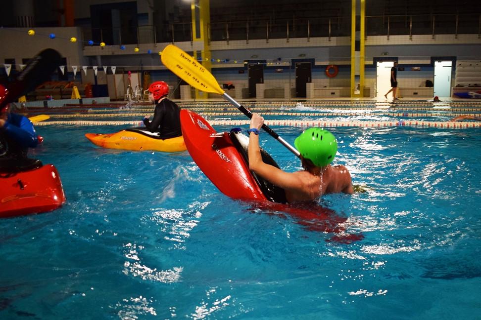 Ćwiczenia w kajaku na basenie